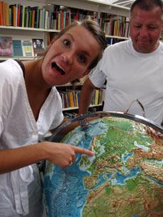 Julie og globus